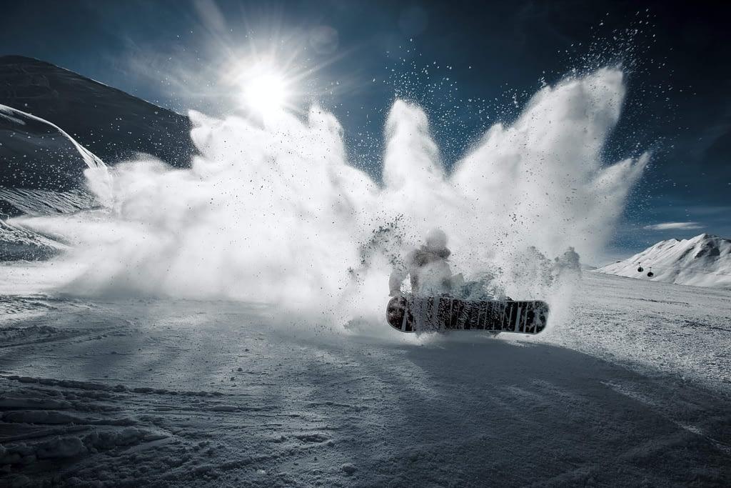Snowboarder_Spraying_Snow