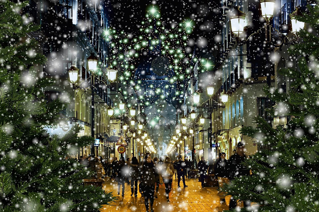 Downtown_Shopping_Scene_Holidays_Snowing